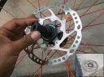 #5. Lepas disc rotor, sisihkan. Bungkus menggunakan kain atau kardus tipis.